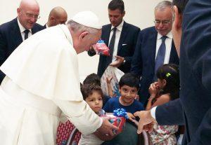 papa_francesco_con_andrea_riccardi_e_rifugiati_siriani_sant_egidio_11_ago_2016_2